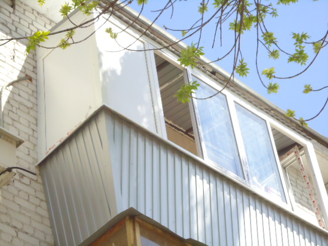 Остекление балкона с выносом и крышей в самаре.
